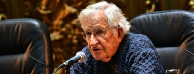 Chomsky analizó los desafíos para construir democracias solidarias y cautivó al público