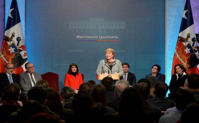 Bachelet firma proyecto de matrimonio igualitario que permitirá adopción