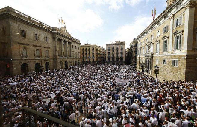 Se manifiestan en España para pedir diálogo y unidad