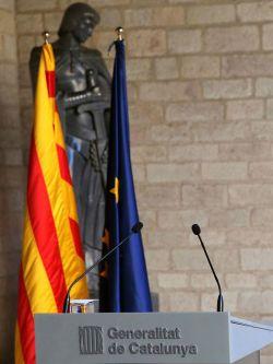 Detalle del atril donde estaba prevista la comparecencia del presidente de la Generalitat, Carles Puigdemont.. Efe