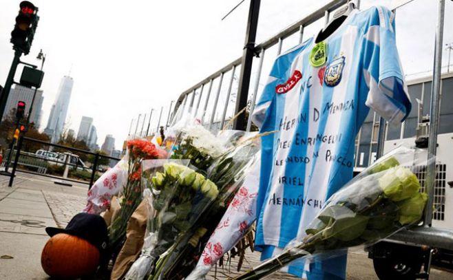 Flores y una camiseta de la selección argentina de fútbol han sido colocadas junto al lugar donde este martes se perpetró un atentado terrorista en Nueva York.. Efe