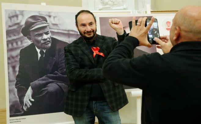 Los diputados comunistas rusos hacen una ofrenda floral al mausoleo de Lenin
