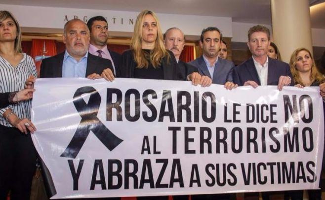 Integrantes del Concejo Municipal  de Rosario en homenaje a las víctimas. EFE