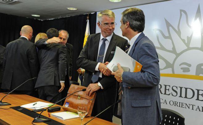 Autoridades del Gobierno y de UPM tras la firma del acuerdo. . Presidencia