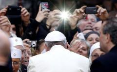 """El papa enojado por el uso de celulares: """"la misa no es un espectáculo"""""""