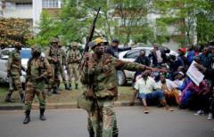 Militares de Zimbabue impiden el paso a los manifestantes hacia la residencia de Mugabe