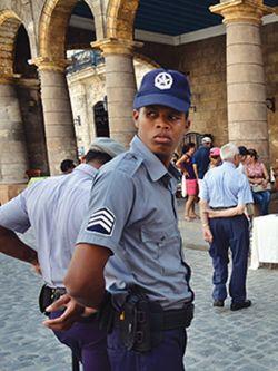 Dos policías custodian la Plaza de la Catedral en La Habana. Imagen ilustrativa.. Efe