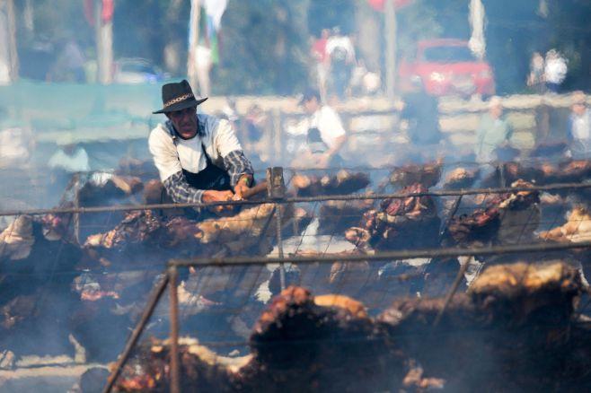 Uruguay se quedó con el Guiness por el asado con cuero más grande del mundo. Fernando Morán/ adhocFOTOS