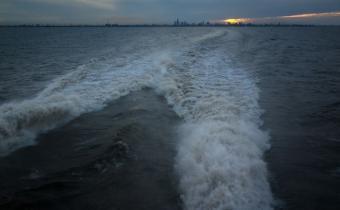 Barco quedó varado en el Río de la Plata en medio de la tormenta