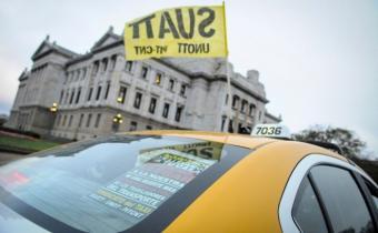 Taxistas paran desde el mediodía por ataque a un trabajador