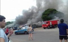 Más de 20 locales comerciales incendiados en feria callejera de Salto