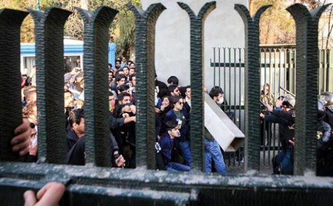 Más de 20 muertos y 450 detenidos durante protestas en Irán