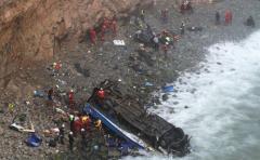 Caída de ómnibus a un abismo dejó al menos 48 fallecidos y 6 heridos en Perú