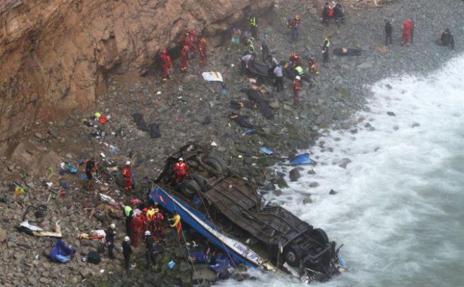 Caída de ómnibus a un abismo dejó al menos 48 fallecidos y 6 heridos en Perú. Efe