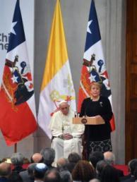 La presidenta chilena, Michelle Bachelet (d), junto al papa Francisco (i), pronuncia su discurso durante su encuentro en el palacio de La Moneda.