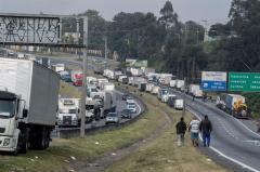 Brasil intenta retornar a normalidad por paro camionero pero huelga continúa