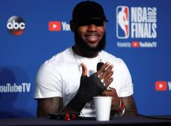 """LeBron: """"Jugué los últimos tres partidos con la mano prácticamente rota"""""""