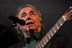 La voz de Serrat transporta el aroma de su querido Mediterráneo hasta Uruguay