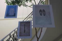 Muestra busca sensibilizar Uruguay con fotos ropas de víctimas de feminicidio