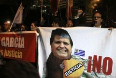 Perú afirma que Uruguay debe informar si Alan García deja embajada en Lima
