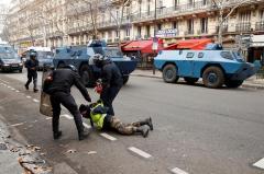 """Casi 500 detenidos, gases y enfrentamientos en otra protesta de los """"chalecos amarillos"""""""