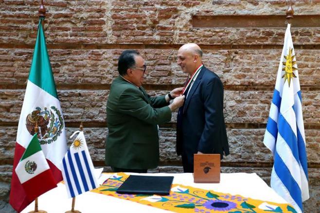 México hace entrega de su premio de Ciencia y Tecnología a médico uruguayo