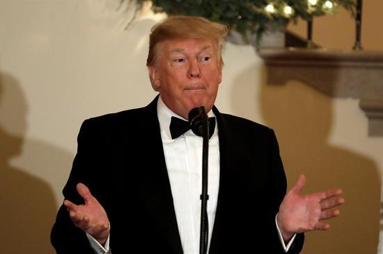 """Círculo de Trump sucumbe ante investigaciones y él habla de """"caza de brujas"""""""