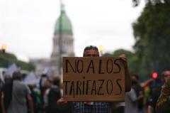 Una multitud reclama por aumento de tarifas en Argentina