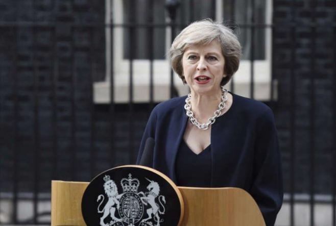 May eleva el tono en sus críticas a Corbyn antes de la moción de censura